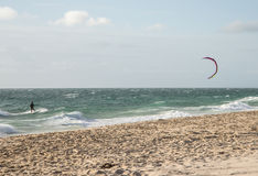 Een mens die op het strand in Indische Oceaan in Perth kitesurfing Royalty-vrije Stock Afbeeldingen