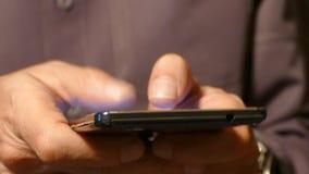 Een mens die op een smartphone van het aanrakingsscherm typen