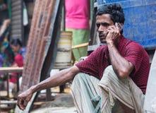 Een mens die op een telefoon spreken stock afbeeldingen
