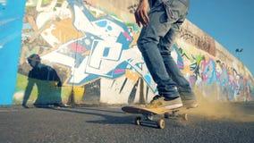 Een mens die op zijn vleet, langzame motie springen Persoon die trucs op zijn skateboard doen, die op het springen stock videobeelden