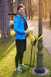 Een mens die in een park met de stroken van de trxgeschiktheid uitoefenen Royalty-vrije Stock Foto