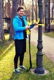 Een mens die in een park met de stroken van de trxgeschiktheid uitoefenen Royalty-vrije Stock Afbeelding