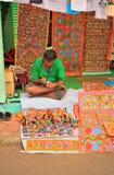 Een mens die een pot schilderen bij een lokale markt royalty-vrije stock foto's