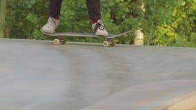 Een mens die in stakepark met een skateboard rijden Het leren van de truc stock video
