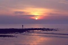 Een mens die tijdens zonsopgang vissen Royalty-vrije Stock Foto
