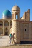 Een mens die uit de moskee komen Royalty-vrije Stock Foto's