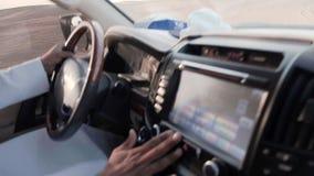 Een mens die van Arabische nationaliteit een jeep drijven tijdens een Jeep Safari-reis in de Arabische woestijn dichtbij Doubai stock video
