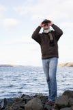 Een mens die verrekijkers met behulp van royalty-vrije stock fotografie