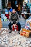 Een mens die verse krabben verkopen bij Jagalchi-zeevruchtenmarkt, Busan, Sou stock afbeelding