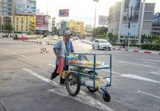 Een mens die verse vruchten in een kar met drie wielen op de straat in B verkopen stock afbeeldingen