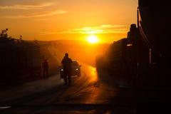 Een mens die een vrachtwagenkonvooi arresteren bij zonsondergang royalty-vrije stock foto