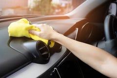 Een mens die witte auto met gele microfiberdoek schoonmaken royalty-vrije stock afbeeldingen