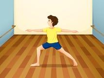 Een mens die yoga binnen een ruimte uitvoeren Royalty-vrije Stock Afbeelding