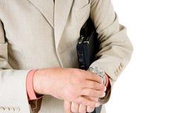 Een mens die zijn horloge bekijkt Stock Foto's