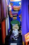 Een mens die in zijn winkel in souk van Marrakech rusten Royalty-vrije Stock Afbeelding