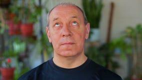 Een mens doet oefeningen met zijn ogen die zich op en neer bewegen stock videobeelden