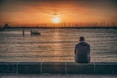 Een mens door het strand Stock Afbeeldingen