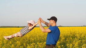 Een mens draait een kind Gelukkige vader met dochter in aard Familie in het platteland Een mens met een kind op een verkrachtings stock videobeelden