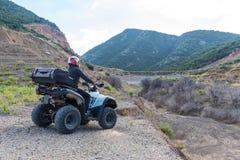 Een mens drijft ATV Stock Foto's