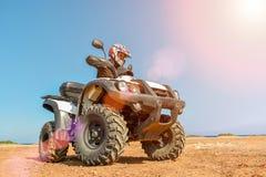 Een mens drijft ATV op off-road Stock Afbeelding