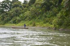 Een mens in een kano op een Costa Rica-rivier Royalty-vrije Stock Afbeeldingen