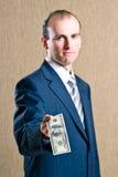 Een mens in een kostuum met geld Stock Fotografie
