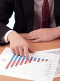 Mens in kostuum en financiële documenten Stock Foto's