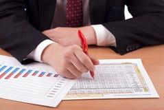 Mens in kostuum en financiële documenten Stock Foto