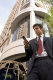 Een mens, een opdracht en een telefoon Stock Fotografie