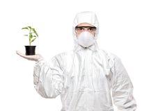Een mens in eenvormige holding een installatie Stock Foto