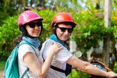 Een mens en een meisje in helmen reizen Azië Sri Lanka stock foto