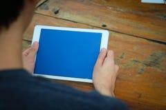 Een mens en een tablet royalty-vrije stock afbeeldingen