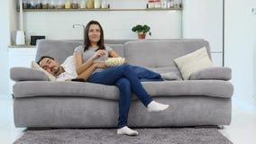 Een mens en zijn vrouw letten op TV stock video