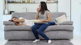 Een mens en zijn vrouw letten op TV stock videobeelden