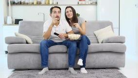 Een mens en zijn vrouw letten op TV stock footage