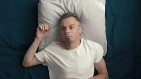 Een mens gaat naar slaap na een harde dag stock footage