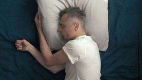 Een mens gaat naar slaap na een harde dag stock videobeelden