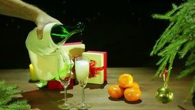 Een mens giet schuimende champagne in glazen algemeen plan stock videobeelden