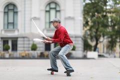 Een mens in een GLB jongleert met met clubs royalty-vrije stock foto