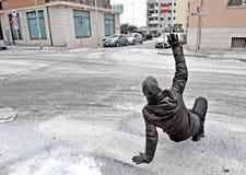 Een mens glijdt op het ijs stock afbeelding