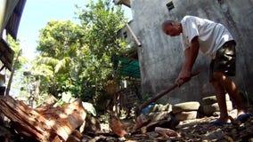 Een mens hakt manueel hout met een bijl stock footage