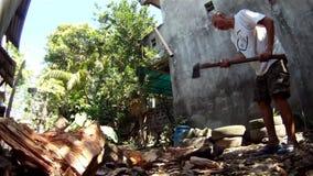 Een mens hakt manueel hout met een bijl stock video