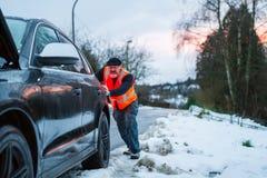 Een mens heeft een autoanalyse op een landweg royalty-vrije stock foto