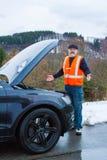 Een mens heeft een autoanalyse op een landweg stock foto