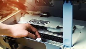 Een mens herstelt een printer digitale fotokopieerapparaatmachine royalty-vrije stock foto