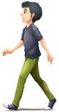 Een mens in het grijze overhemd lopen Stock Foto