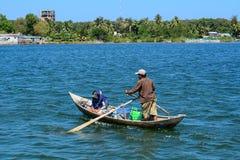 Een mens het roeien boot op blauw meer in Nhatrang Royalty-vrije Stock Afbeeldingen