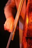 Een mens het spelen contrabas met één hand Royalty-vrije Stock Afbeeldingen