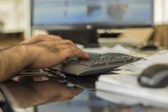 Een mens het typen bluetooth toetsenbord stock foto's