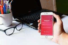 Een mens houdt Apple-iPhone 6 met Instagram-toepassing op het scherm App is grootste en populairste foto sociaal voorzien van een Stock Fotografie